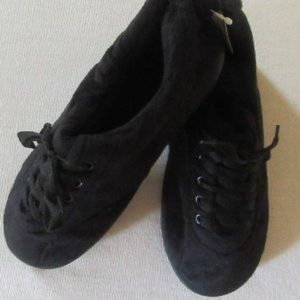 Black NWT Comfy Feet brand slippers size Med (6-7)